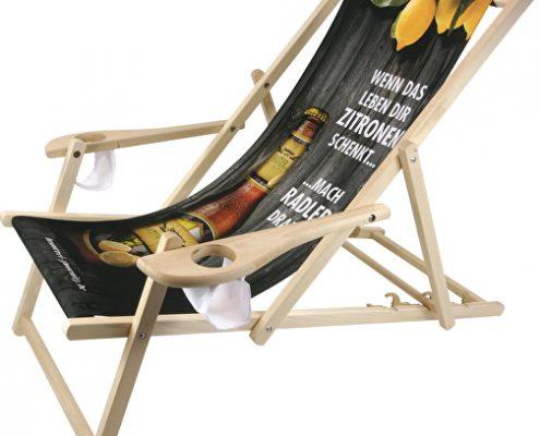 Liegestühle mit Werbung